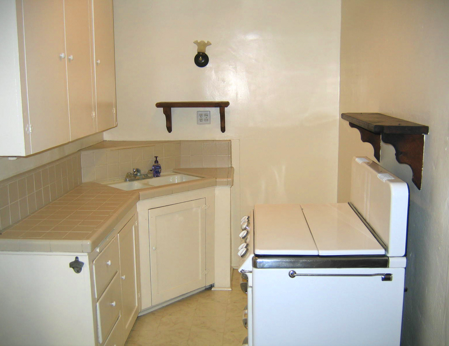 Burbank hillside triplex burbank ca real estate dan for Kitchen 713 reservations